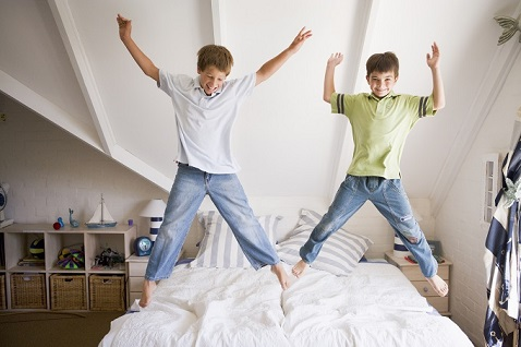 Kids-jumping-on-the-bed